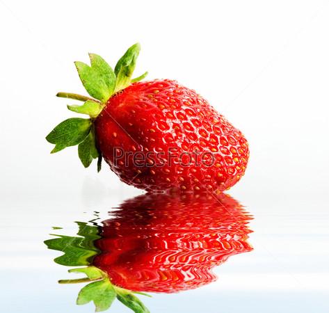 Фотография на тему Красная клубника в воде крупным планом