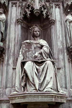 Старый памятник в Праге