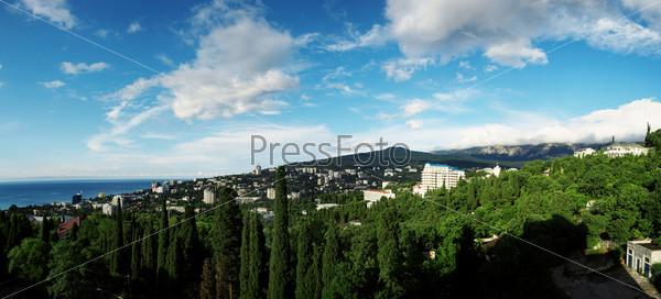 Панорама города в горах