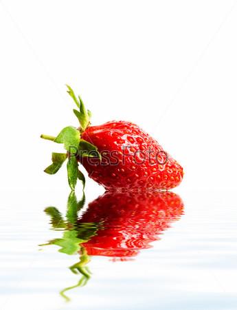 Красная клубника в воде крупным планом