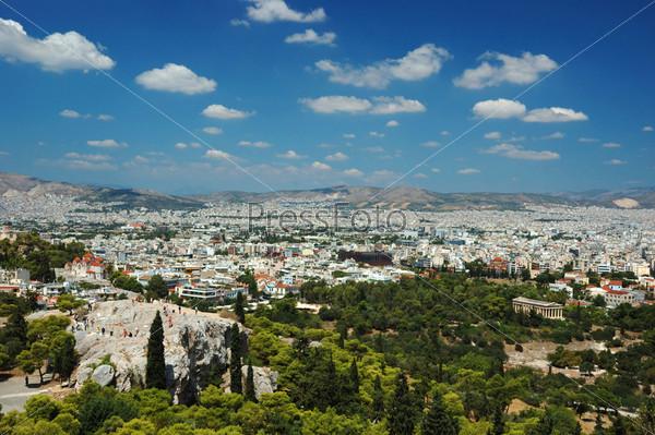 Вид на афинские крыши и холм Арея (Ареопаг) с Акрополя, Греция