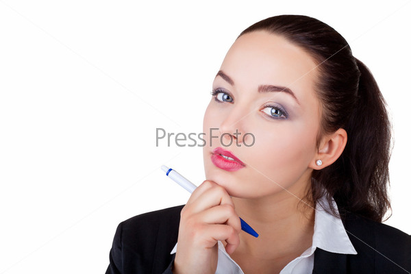Задумчивая деловая женщина смотрит в камеру, изолированная на белом фоне
