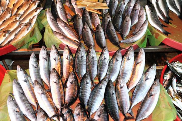 Фотография на тему Свежая морская рыба на уличном рынке крупным планом