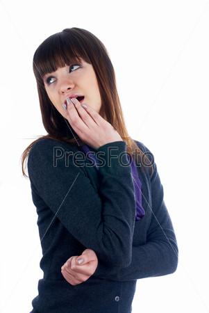 Портрет шокированной женщины, изолированной на белом фоне