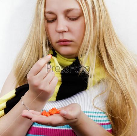 Женщина с таблетками, завернутая в шарф. Белый фон