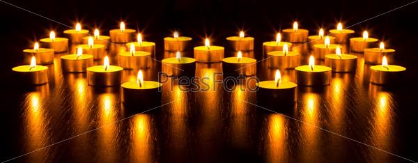 Много горящих свечей