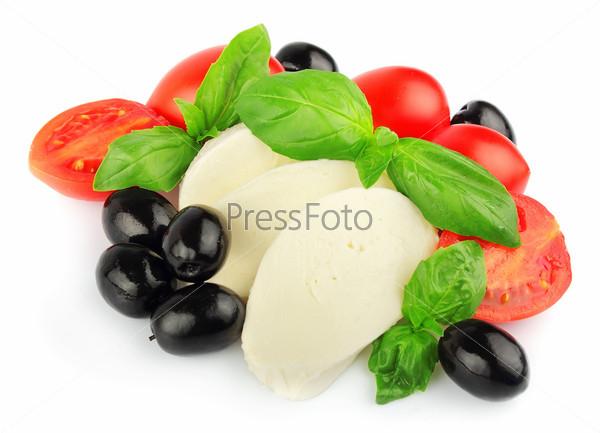 Сыр моцарелла с помидорами, базиликом и оливками