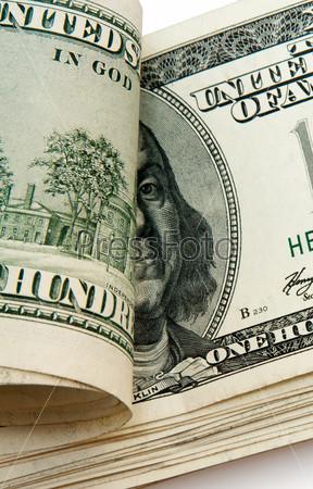 Пачка долларов, изолированная на белом фоне