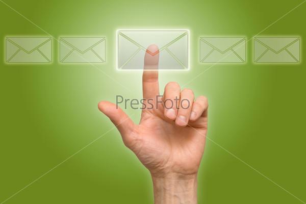 Рука нажимает на иконку письма