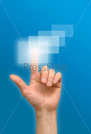 Рука нажимает на кнопку