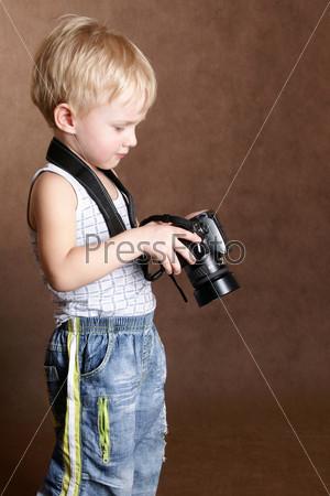 Фотография на тему Ребенок с профессиональным фотоаппаратом в студии