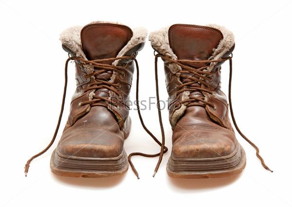 Фотография на тему Старые коричневые ботинки, изолированные на белом фоне