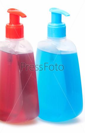 Бутыльки геля или шампуня на белом фоне