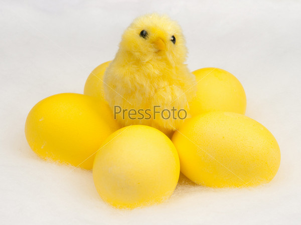 Фотография на тему Желтые пасхальные яйца и цыпленок