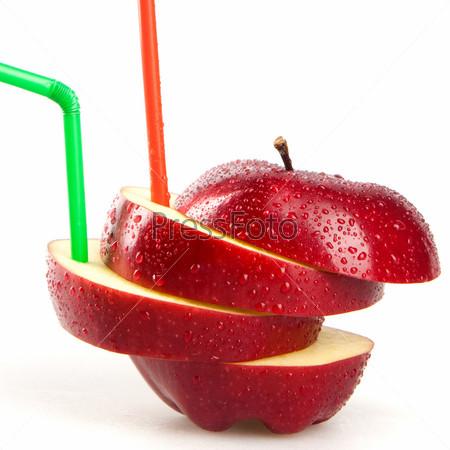 Красное яблоко, изолированное на белом фоне