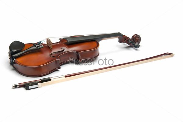 Скрипка, изолированная на белом фоне