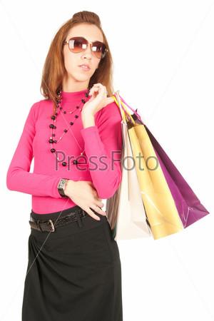 Молодая женщина с пакетами, изолированная на белом фоне