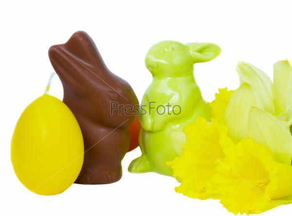 Пасхальные кролики, яйца и весенние цветы, изолированные на белом фоне