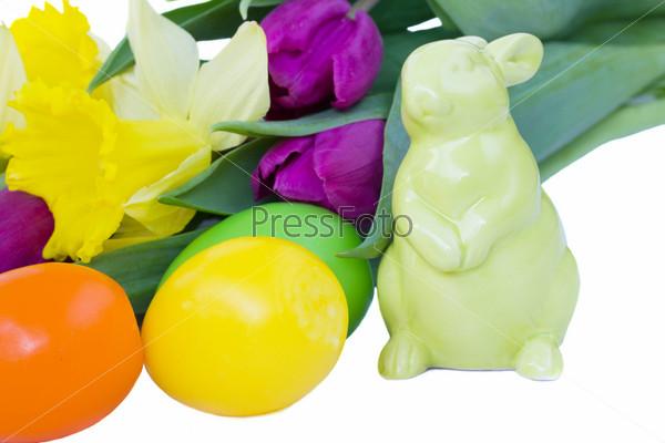 Пасхальный кролик, яйца и весенние цветы, изолированные на белом фоне