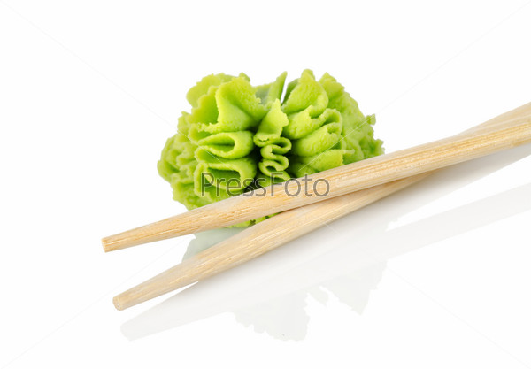 Фотография на тему Деревянные палочки для еды и васаби, изолированные на белом фоне