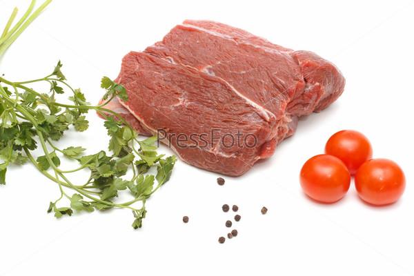 Фотография на тему Кусок сырой говядины и овощи, изолированные на белом фоне