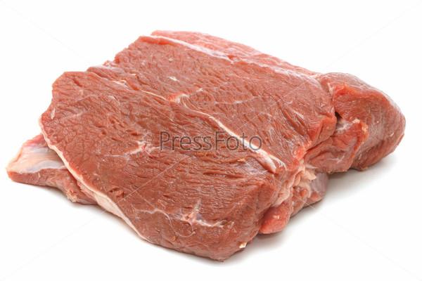 Кусок сырой говядины, изолированный на белом фоне