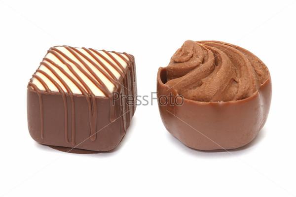 Шоколадные конфеты, изолированные на белом фоне