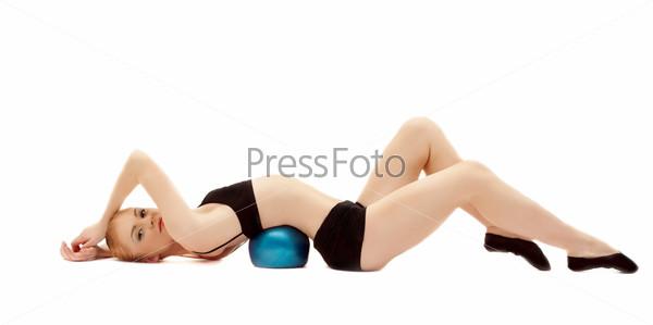 Гимнастка в черном костюме с мячом, изолированная на белом фоне