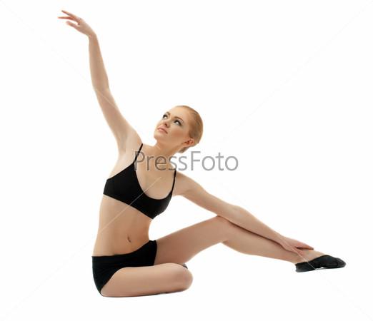 Гимнастка в черном костюме, изолированная на белом фоне
