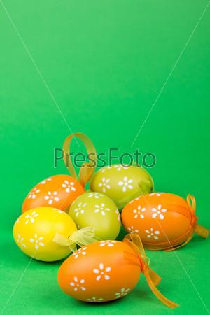 Пасхальные яйца на зеленом фоне