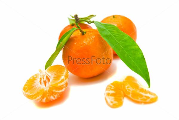 Фотография на тему Свежие мандарины на белом фоне