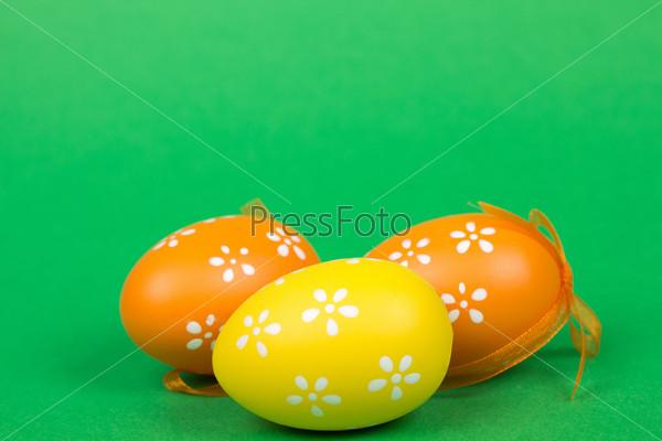 Фотография на тему Пасхальные яйца на зеленом фоне