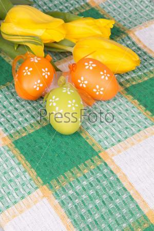 Пасхальные яйца на клетчатой скатерти