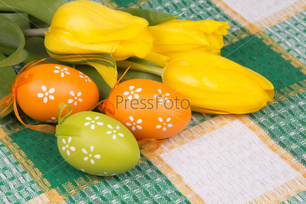 Фотография на тему Пасхальные яйца на клетчатой скатерти