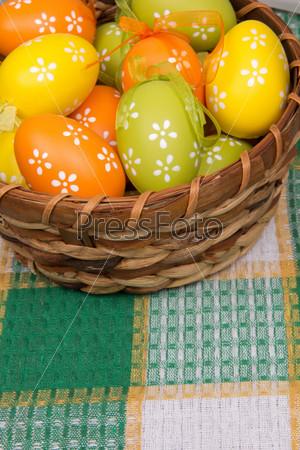 Фотография на тему Пасхальные яйца в корзине на клетчатой скатерти