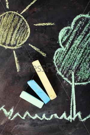 Фотография на тему Солнце и дерево, нарисованные мелом на доске