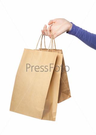 Два бумажных пакета в женской руке, изолированных на белом фоне