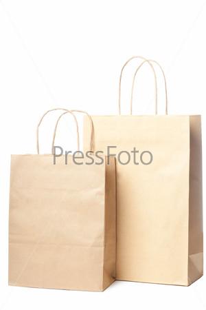 Два бумажных пакета, изолированных на белом фоне