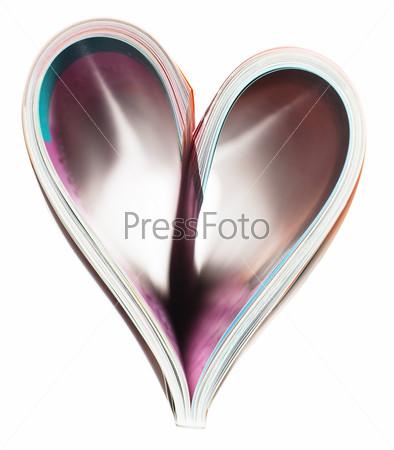 Журнал в форме сердца изолирован на белом фоне