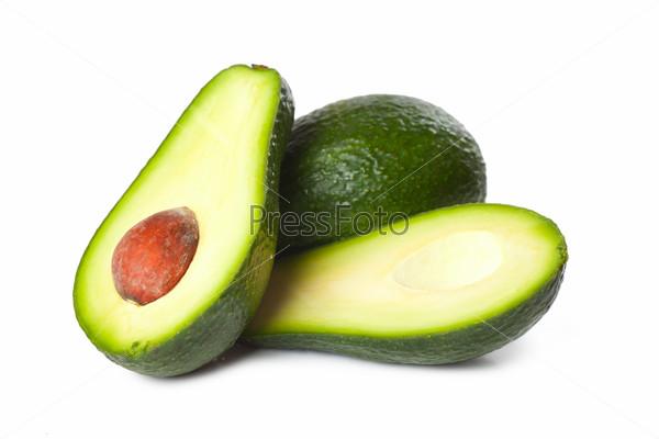 Свежие авокадо, изолированные на белом фоне