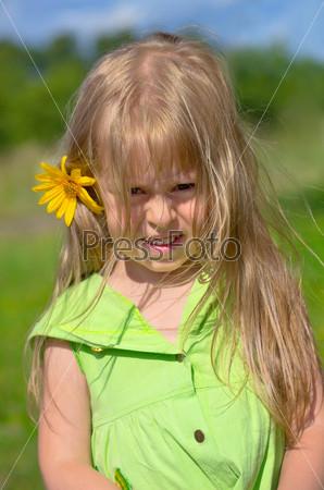 Маленькая девочка в деревне