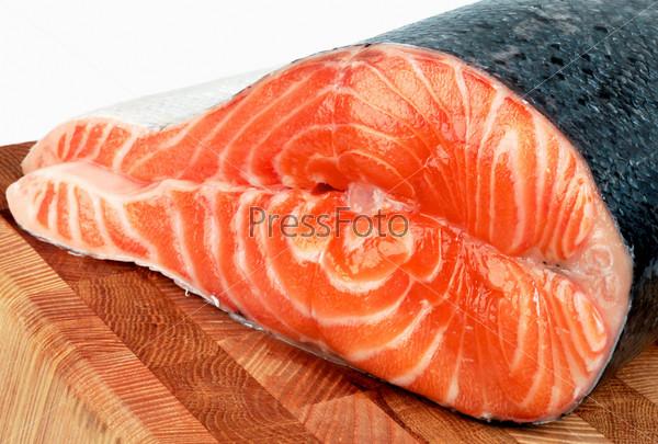 Кусок лосося на разделочной доске на светлом фоне
