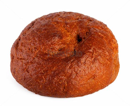 Традиционный круглый ржаной хлеб, изолированный на белом фоне