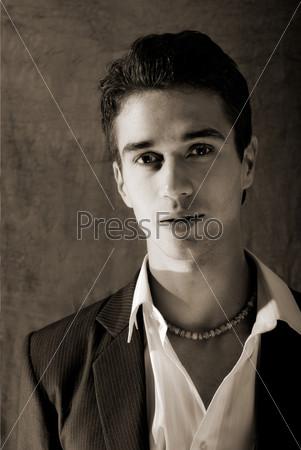 Портрет привлекательного молодого человека