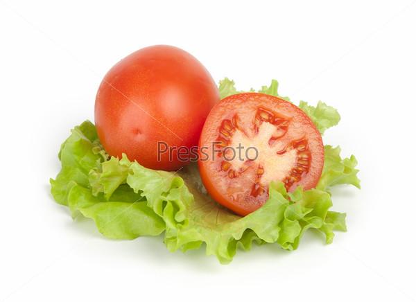 Свежие помидоры с листьями салата, изолированные на белом фоне