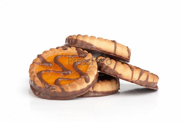 Шоколадное печенье с джемом крупным планом, изолированное на белом фоне