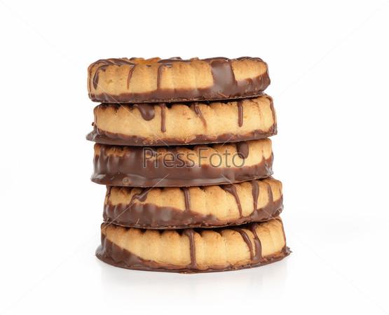 Фотография на тему Шоколадное печенье с джемом крупным планом, изолированное на белом фоне
