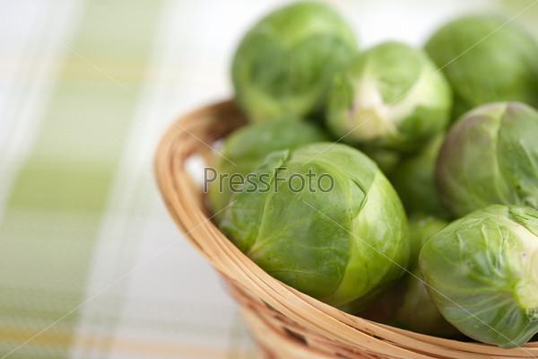 Корзина брюссельской капусты крупным планом