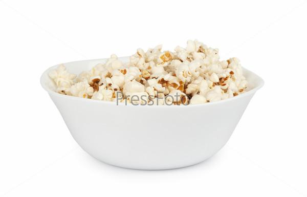 Попкорн в миске, изолированный на белом фоне