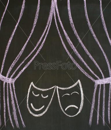 Маски трагедии и комедии и театральный занавес, нарисованные мелом на доске